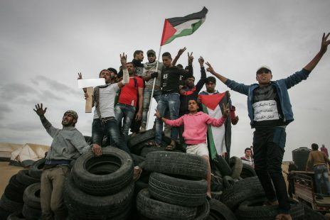 פלסטינים על ערימת צמיגים בקרבת חאן-יונס, רצועת עזה, 4.4.18 (צילום: עבד רחים חטיב)