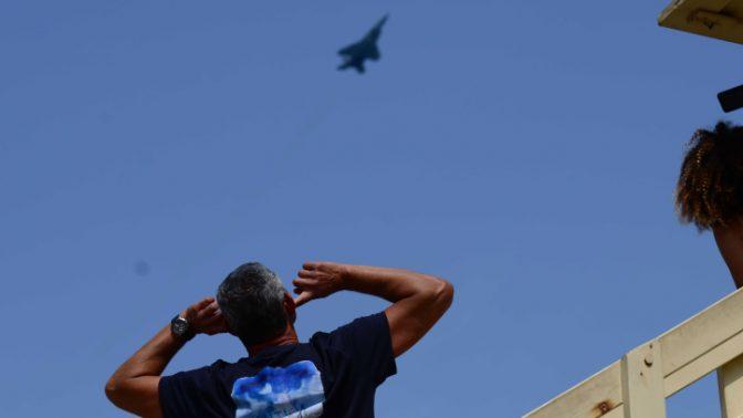 אדם, ומטוס באימון לקראת מטס יום העצמאות, חוף הים בתל-אביב, 12.4.18 (צילום: תומר נויברג)