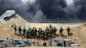 """כוחות צה""""ל מול הגבול עם רצועת עזה, 13.4.18. משמאל: עמדת הצלפים (צילום: סלימאן חאדר)"""