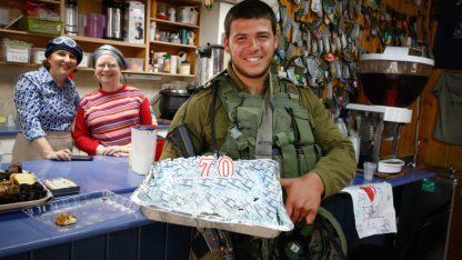 חייל ישראלי עם עוגה לכבוד יום העצמאות ה-70 של מדינת ישראל, 18.4.2018 (צילום: גרשון אלינסון)