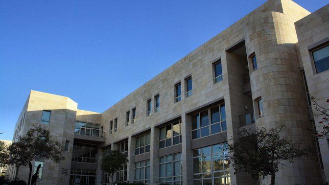 """בית הספר לכלכלה באוניברסיטת ת""""א (צילום: Neukoln, רישיון CC BY-SA 3.0)"""