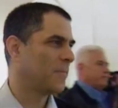 """חיים רוזנברג (בכחול) עם מו""""ל """"ידיעות אחרונות"""", ארנון (נוני) מוזס (צילום מסך מתוך שידורי חדשות 2)"""