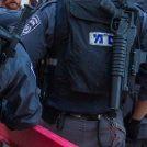 שוטרים מול הפגנה נגד מעצרם של מפגינים יומיים קודם לכן; בית המשפט המחוזי בחיפה, 20.5.18 (צילום: מאיר ועקנין)