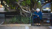 אשה קוראת עיתון בכיכר רבין (צילום: אסתר רוביאן)