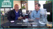 """דני קושמרו מראיין את תושב שגב שלום דיף אבו רגילה, """"אולפן שישי"""" (צילום מסך)"""