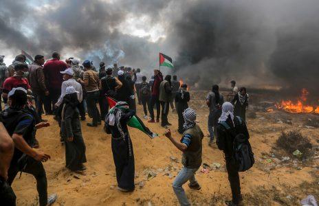עזתים מפגינים בקרבת גדר הגבול עם ישראל, 14.5.2018 (צילום: עבד רחים חטיב)