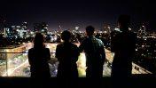 ישראלים צופים ממרפסת על חגיגות זכייתה של נטע ברזילי בתחרות האירוויזיון. תל-אביב, 14.5.2018 (צילום: הדס פרוש)
