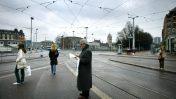 אדם קורא עיתון בשעת בוקר מוקדמת בציריך, שעה שהוא ממתין לרכבת (צילום: פייר טרדימן)