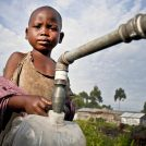 ילד ממלא מים ממתקן של אוקספם ברפובליקה הדמוקרטית של קונגו, 2012 (צילום: Oxfam East Africa, רישיון: CC BY 2.0)