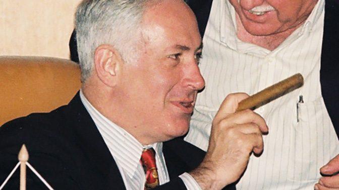 בנימין נתניהו מעשן סיגר (צילום: פלאש90)