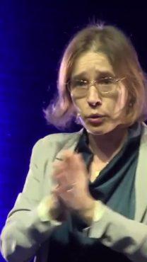 """אלונה בר-און, יו""""ר """"גלובס"""" ומבעלות השליטה בעיתון (צילום מסך)"""