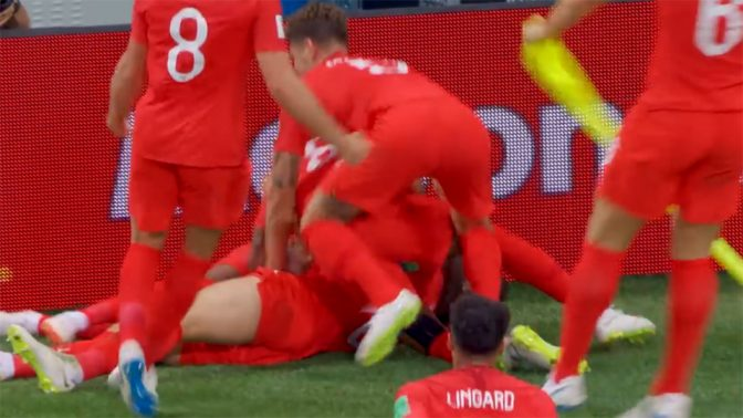 שחקני נבחרת אנגליה חוגגים את שער הניצחון על טוניסיה, אתמול (צילום מסך מתוך ערוץ היוטיוב של כאן 11)