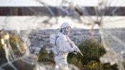 """האמן יהודה בראון, """"החייל הלבן"""", 2011 (צילום: יונתן זינדל)"""