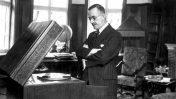 תומאס מאן מאזין לתקליט במינכן, 1932 (צלם בלתי ידוע, נחלת הכלל)