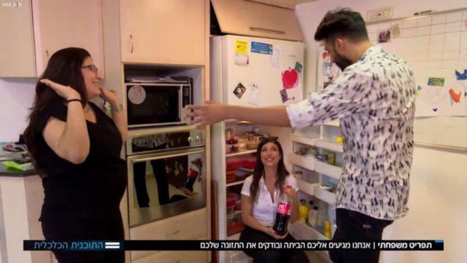 """כתב חברת החדשות לירן שבתאי והתזונאית אביה בן-אליאב בתוכנית """"תפריט משפחתי"""": יודעים לספר על הנזקים הבריאותיים של המזונות שבמקרר - אבל לא על הקולה (צילום מסך)"""