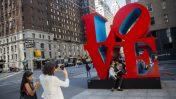 """אנשים מצטלמים על רקע פסל """"אהבה"""", ניו יורק, 2016 (צילום: יונתן זינדל)"""