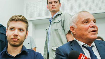 יאיר נתניהו ועורך-הדין יוסי כהן (מימין) בבית-המשפט המחוזי בתל-אביב, 5.6.2018 (צילום: פלאש 90)