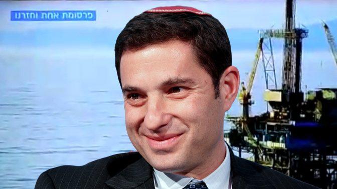 בנימין זומר, המנהל בישראל מטעם נובל-אנרג'י. ברקע: תשדיר טלוויזיה של חברות הגז בשבח האסדה השנויה במחלוקת (צילום: פלאש 90)