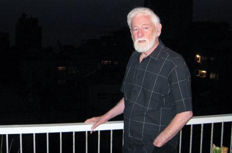 אורי אבנרי במרפסת ביתו, מאי 2008 (צילום: אורן פרסיקו)