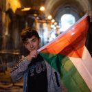 ילד אוחז בדגל הרשות הפלסטינית, ירושלים, מאי 2018 (צילום: דריו סנצ'ז)