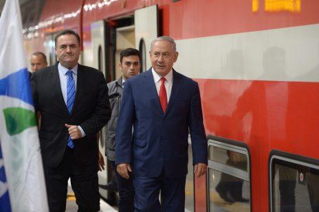 """ראש הממשלה בנימין נתניהו ושר התחבורה ישראל כץ על רציף של רכבת ישראל. נתניה, יולי 2018 (צילום: עמוס בן-גרשום, לע""""מ)"""
