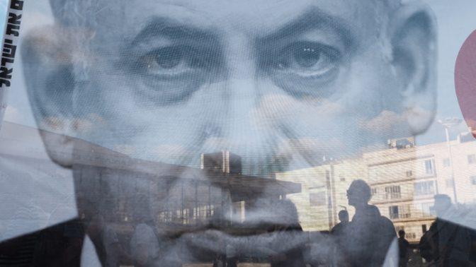 כרזת ענק ועליה דיוקנו של בנימין נתניהו בעצרת נגד חוק הלאום, תל-אביב, 30.7.18 (צילום: תומר נויברג)