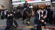 שוטרים מפזרים הפגנה בבני-ברק, 6.8.18 (צילום: גילי יערי)