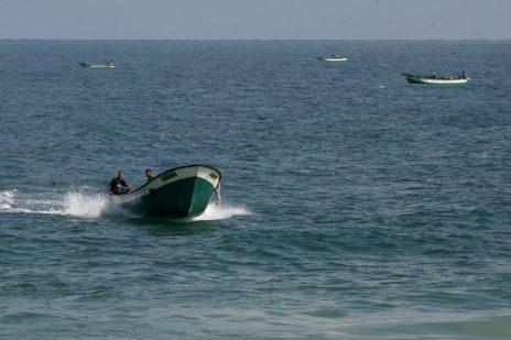 פלסטינים על סירות דיג בים של עזה, 15.8.2018 (צילום: עבד רחים חטיב)