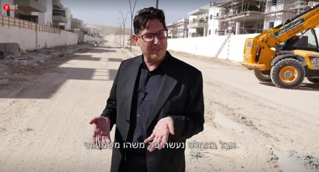 """""""בהחלט נעשה פה משהו משמעותי"""". עופר פטרסבורג בדימונה, מתוך כתבת הווידיאו שנרכשה על-ידי התאגיד העירוני (צילום מסך)"""