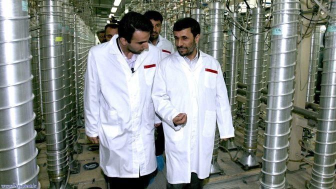 נשיא איראן לשעבר מחמוד אחמדינג'אד מסייר בין צנטריפוגות במתקן הגרעין בנתאנז, 2008 (צילום: ממשלת איראן)