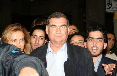 חיים רמון יוצא מבית-המשפט לאחר שהורשע בביצוע מעשה מגונה, 31.1.2007 (צילום: פלאש 90)