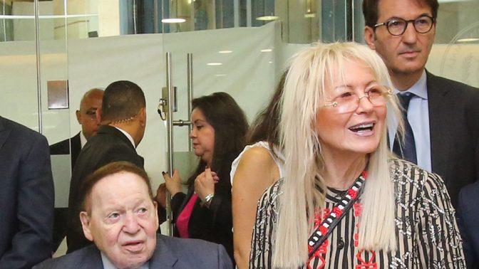 """מו""""ל """"ישראל היום"""" מרים אדלסון עם בעלה, שלדון אדלסון, ועורך העיתון בועז ביסמוט (צילום: מארק ישראל סלם)"""