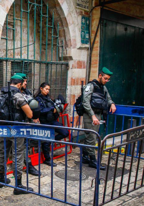"""שוטרי מג""""ב בעיר העתיקה בירושלים ב-1.10.2018, מטרים אחדים מהמקום שבו עיכבו את דבי היל. לדברי היל, ארבעת השוטרים שנראים בתמונה הם אלה שאסרו עליה לצלם במקום (צילום: סלימאן חאדר)"""