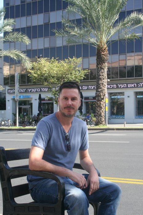 """דוד ורטהיים, העורך האחרון של """"וואלה ברנז'ה"""", בחזית בית """"וואלה"""" במרכז תל-אביב (צילום: אורן פרסיקו)"""