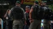 """שוטרי מג""""ב מקיפים את צלמת העיתונות דבי היל בעיר העתיקה בירושלים (צילום מסך מתוך סרטון)"""