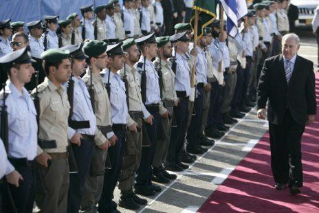 ראש הממשלה בנימין נתניהו מבקר במטה הארצי של משטרת ישראל, נובמבר 2009 (צילום: אביר סולטן)