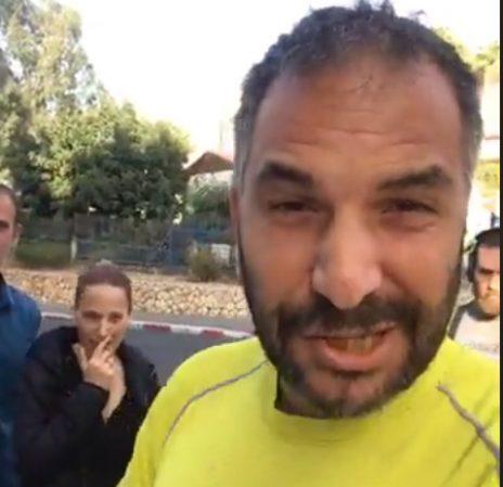 רון קובי, ראש עיריית טבריה הנכנס, מצלם את עצמו מתעמת עם העיתונאים יפעת גליק וחן ביאר, שנראים מאחוריו (צילום מסך מתוך הסרטון)