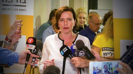 עינת קליש-רותם, ראש עיריית חיפה, מוסרת הצהרה לתקשורת לאחר נצחונה בבחירות (צילום: מאיר וקנין)