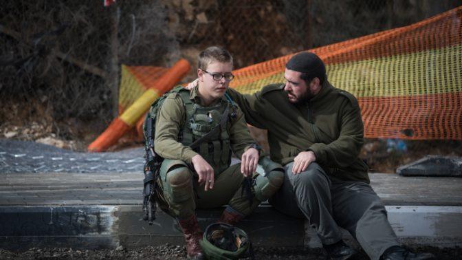 חייל ישראלי בזירת פיגוע בגבעת-אסף, 14.12.2018 (צילום: הדס פרוש)