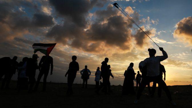 מפגינים פלסטינים על גבול ישראל-עזה, 21.12.2018 (צילום: עבד רחים חטיב)