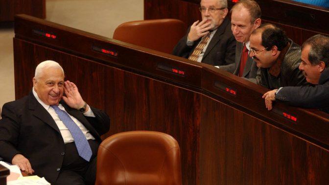 """אריאל שרון וח""""כים חולקים רגע מחויך במליאת הכנסת, 2004 (צילום: פלאש 90)"""