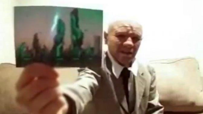 """נוסע בזמן מציג הוכחה לביקור בעתיד, מתוך סרטון וידיאו שפורסם ב""""וואלה"""" (צילום מסך)"""