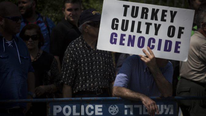 מפגינים מחוץ לכנסת בדרישה להכרה ישראלית ברצח העם הארמני, 5.7.2016 (צילום: הדס פרוש)