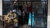 """חייל צה""""ל מביט בטלפון, ירושלים 2018 (צילום: ליבה פרקש)"""