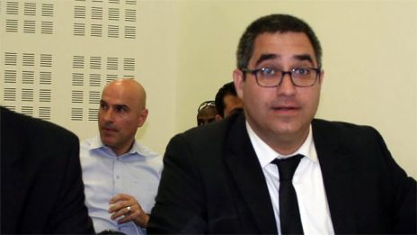 אפי נוה (מאחור) ועורך דינו רונן בוך (צילום: אורן פרסיקו)