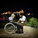 מטפלת וקשישה בתל-אביב (צילום: משה שי)