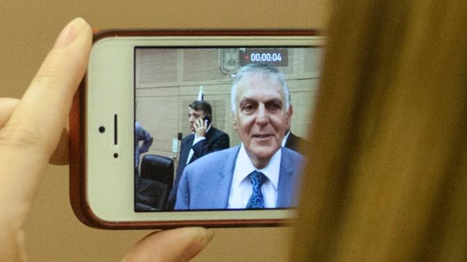 אלמונית מצלמת את פרופ' דן שכטמן באמצעות טלפון חכם, 2014 (צילום: פלאש 90)