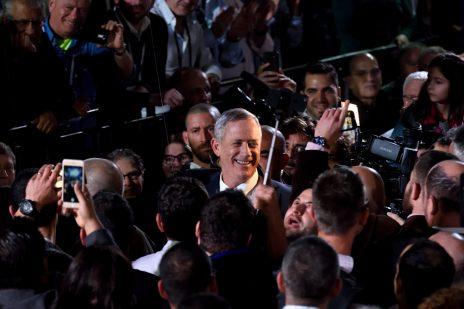 בני גנץ עם צלמים, באירוע ההשקה של מפלגת חוסן-לישראל. 29.1.2019 (צילום: גילי יערי)