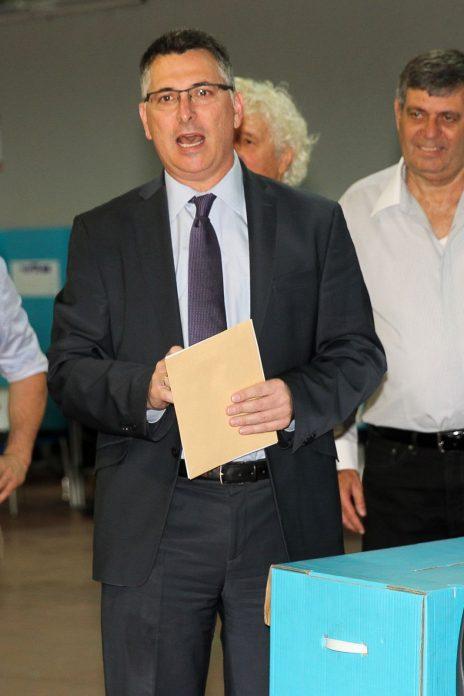 גדעון סער מצביע בפריימריז בליכוד (מאחוריו: הפובליציסט מאיר עוזיאל). תל-אביב, 5.2.2019 (צילום: פלאש 90)