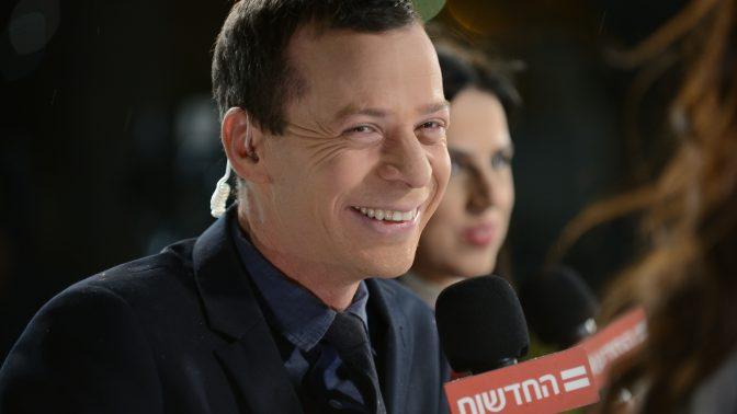 כתב חדשות 12 עמית סגל (ברקע: הכתבת דפנה ליאל). תל-אביב, 5.2.2019 (צילום: גילי יערי)